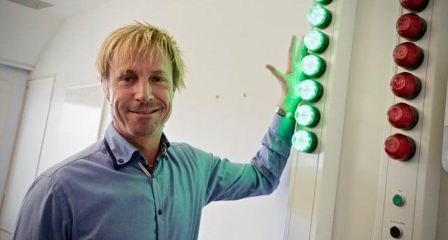 Roger Berger vid lamporna som visar att allt fungerar som det ska på larmcentralen.