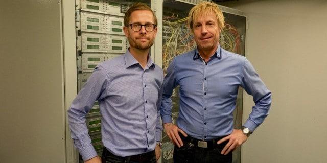 Fredrik Ringborg och Roger Berger framför utrustningen som tar hand om kommunkationen in till och ut från larmcentralen.
